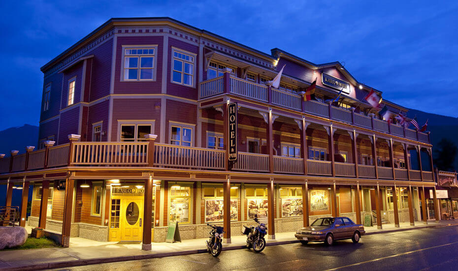 Kaslo Hotel nightime pic to see it in the dark